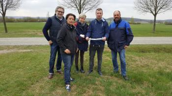 Das Foto zeigt von links: Andreas Reichwein (TÜV-Rheinland), Vodafone-projektleiterin Susanne Taufertshöfer, Architektin Britta Sadtler, Bürgermeister Stefan Rottmann und Freddy Staub, Projektleiter von EuroPoles