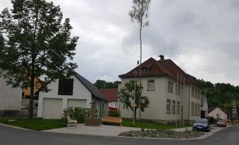 Die Alte Schule mit dem benachbarten Feuerwehrgerätehaus und dem neugestalteten Umfeld ist zu einem neuen, attraktiven Ortsmittelpunkt in Hausen geworden. Als nächstes Großprojekt soll nun die Hausener Straße mit Kirchplatz in Angriff genommen werden.