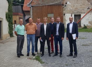 Das Foto zeigt von links Gemeinderäte Bernd Götzendörfer und Alexander Nicklaus, 2. Bürgermeister Jürgen Geist, Alexander Zeller (Städtebauförderung), Dr. Thomas Horling, Bürgermeister Stefan Rottmann und Peter Kraus (Amt für Ländliche Entwicklung)
