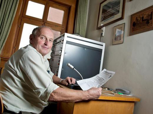 Bürgermeister Peter Zeissner sitzt vor dem Mikrofon der Ortsrufanlage im Rathaus von Wipfeld (Foto: David Ebener, dpa)