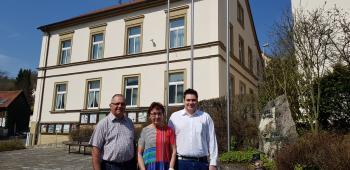 Das Foto zeigt von links vor dem Gemeindearchiv in Marktsteinach Robert Volk, Ingrid Köchel und Enrico Schmitt. (Foto Stefan Rottmann)