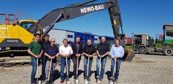 Das Foto zeigt von links: Mario Derleth, Klaus Männling von der Baufirma Roth, Erich Derleth, Bürgermeister Stefan Rottmann, Geschäftsführer Joachim Stühler, Thomas Heilmann und Architekt Hubertus Gieb