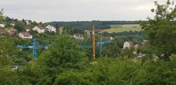 Baukräne und Baustellen dominieren das Ortsbild und stehen symbolisch für die rasante Entwicklung in der Großgemeinde Schonungen
