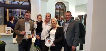 Das Foto zeigt von links: Bürgermeister Stefan Rottmann, Christian Appel, Kathrin Heinold und Eigentümer Jürgen Geist.