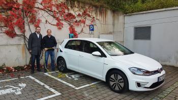 Foto: Bürgermeister Stefan Rottmann und Stellvertreter Andre Merz nehmen das erste E-Auto der Gemeinde an der neuen E-Ladestation am Rathaus in Betrieb. Foto Lutz Brückner