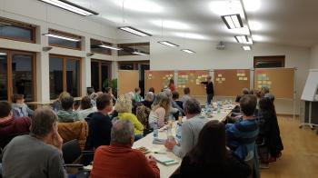 Das Foto zeigt die Teilnehmer bei der Ideenfindung und Mitwirkung des Runden Tischs: Mit Unterstützung von Lena Schmitt (Gemeinde-Auszubildende) und Bettina Stampf (Kommunale Jugendarbeit) wurden die einzelnen Themenschwerpunkte herausgearbeitet.