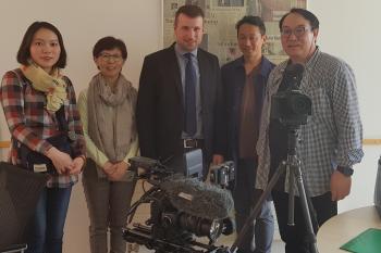 Reporterin Chin im (zweite von links), gemeinsam mit Bürgermeister Stefan Rottmann und dem südkoreanischen Filmteam. Foto Spiegel
