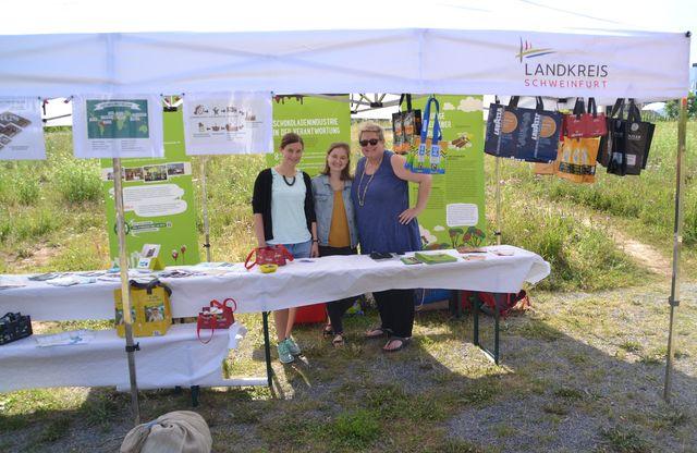 Regionalmanagerin Nadine Zier (Landratsamt Schweinfurt), Anna Leicht von der Arbeitsgruppe Nachhaltigkeit der Stadt Schweinfurt und Gabi Grabarac (Stadt Schweinfurt). (Foto: Stadt Schweinfurt)