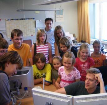 Im Bild: Ansgar Nöth vom BR (im Bild rechts unten) beim Schneiden eines Hörfunkbeitrags am Computer.