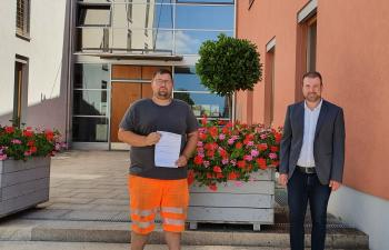 Das Foto zeigt von links Bastian Herbig und Bürgermeister Stefan Rottmann.