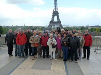 Die Schonunger Delegation vor dem Eiffelturm in Paris