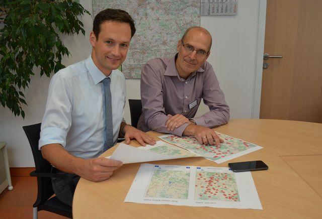 Landrat Florian Töpper (links) und Wirtschaftsförderer Frank Deubner begutachten die Ergebnisse der Auswertung der Funkloch-App. (Foto: LRA SW, U. Baumann)