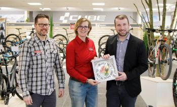 Das Foto zeigt von links Geschäftsführer Martin Schmidt, Storemanagerin Isabelle Boberg und Bürgermeister Stefan Rottmann bei der Eröffnung.