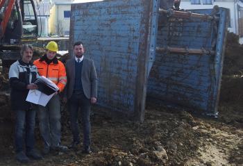 Das Foto zeigt von links Bautechniker Thomas Pröstler, Bauleiter Philipp Mühlbauer (Firma Newo-Bau/Horhausen) und Bürgermeister Stefan Rottmann.