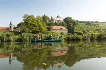 Das Foto zeigt Mainberg aus der Flussperspektive in herrlicher Lage zwischen Schloss, Weinbergen, Main und ausgedehnten Wäldern. (Foto A. Hub-TISW 360)