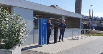Das Foto zeigt von links Bürgermeister Stefan Rottmann und Bauhofleiter Philipp Nees vor der neuen Bike-Service-Station am Schonunger Bahnhof. (Foto Carsten Wegner)