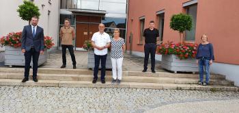 Das Foto zeigt von links Bürgermeister Stefan Rottmann, Geschäftsleiter Gerald Schmidt, Roland und Brigitte Braun, Käm-merer Tim Kestel und Personalratsvorsitzende Claudia Ullrich. (Foto Hepp)