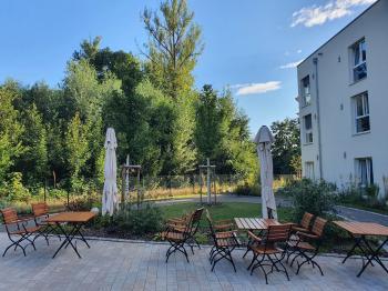 Mit dem neuen Pflegezentrum in Schonungens neuer Mitte ist auch gleichzeitig mit dem weitläufigen Gerontogarten und dem Cafe ein Begegnungszentrum mitten im Ort entstanden