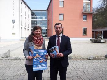 Kämmerin Andrea Pfrang und Bürgermeister Stefan Rottmann bei der Vorstellung der neuen Schwimmbadgutscheine
