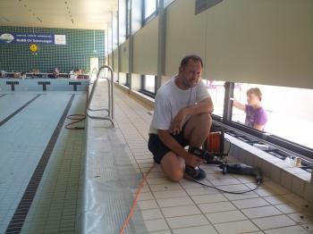 Bademeister Andreas Gentner legt selbst Hand an: Revision und Sanierung der Schwimmhalle bis 16. August abgeschlossen.