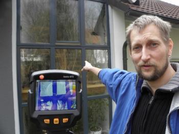 So soll's sein: Diese Fenster sind energetisch optimal und zeigen keine Wärmebrücken! Energieberater Jürgen Ramming beim Außeneinsatz mit der Wärmebildkamera.