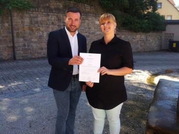 Das Foto zeigt von links Bürgermeister Stefan Rottmann und Tina Wedlich.