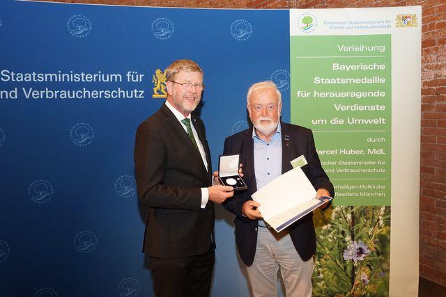 Umweltminister Dr. Marcel Huber überreichte Schwebheims Altbürgermeister Hans Fischer die Bayerische Staatsmedaille für besondere Verdienste um die Umwelt. (Foto: Pressestelle, StmUV)