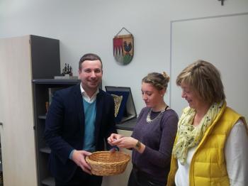 Das Foto zeigt den Moment der Auslosung: Von links Bürgermeister Stefan Rottmann, Praktikantin Fee-Christin Kießling und Sigrid Herder.