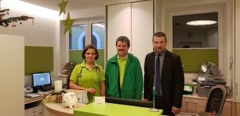 Das Foto zeigt von links, Dr. Gerlinde Fabeck, Praxisinhaber Dr. Ingo Reeh und Bürgermeister Stefan Rottmann