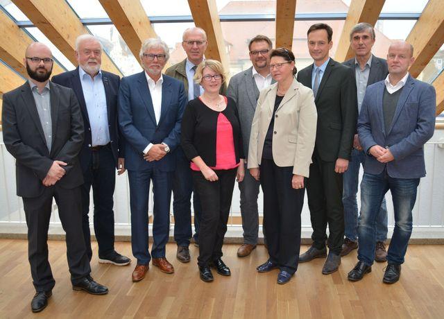 Der kobra-Projektleiter Dieter Stepner, Hans Fischer (SPD, ÖPNV-Beirat), kobra-Chef Frank Huneck, Leader-Koordinator Wolfgang Fuchs, Beate Glotzmann (CSU, ÖPNV-Beirat), ÖPNV-Beauftragter Michael Graber, Irmgard Krammer (Freie Wähler, ÖPNV-Beirat, Landrat Florian Töpper, Thomas Vizl (Grüne, ÖPNV-Beirat) und Norbert Sauer (FDP, ÖPNV-Beirat). (Foto: LRA SW, Baumann)