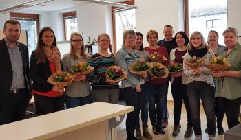 Das Foto zeigt von links: Bürgermeister Stefan Rottmann, Sina Dietz, Eva Schmitt, Marion Endres, Sigrid Herder, Bianca Neumeier, Beate Wolker, 2. Bürgermeister Jürgen Geist, Anja Friedrich, Gudrun Schuler, Christina Keicher und Rita Schwenk.