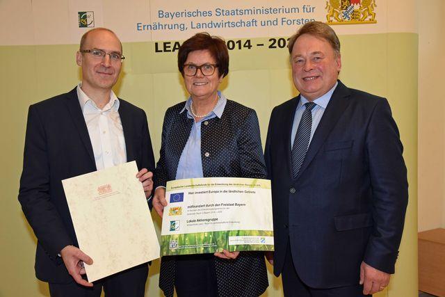 LAG-Geschäftsführer Frank Deubner, Bürgermeisterin Edeltraud Baumgartl (stellv. LAG-Vorsitzende) und Staatsminister Helmut Brunner (Baumgart/StMELF)