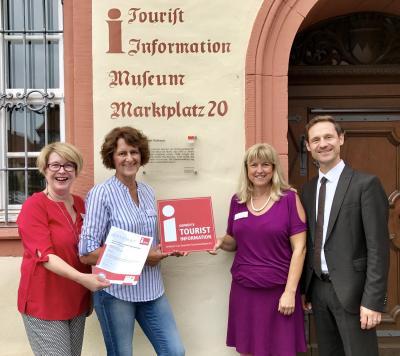 Im Bild (v.l.): Beate Glotzmann, Leiterin der Tourist-Information, die Mitarbeiterinnen Elisabeth Laufer und Christiane Krapf sowie VG-Vorsitzender und Bürgermeister Thorsten Wozniak.
