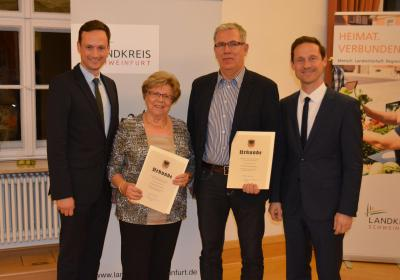Unter den geehrten Ehrenamtlichen waren auch die Gerolzhöfer Hannelore Hippeli (2.v.l.) und Matthias Kleinhenz (3.v.l.) sowie die Rügshöferin Kerstin Krammer-Kneißl, die nicht anwesend sein konnte. Mit im Bild Landrat Florian Töpper (Links) und Gerolzhofens Bürgermeister Thorsten Wozniak (rechts).