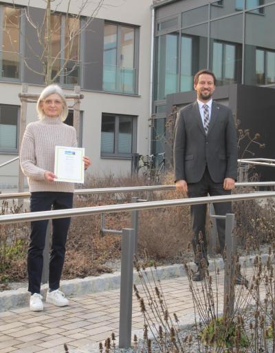 Dr. Roswitha Ziegler, Sprecherin der Steuerungsgruppe fairtrade und 1. Bürgermeister Sebastian Hauck freuen sich über die Urkunde zur Titelerneuerung. Foto: Markt Werneck/A.Jansen